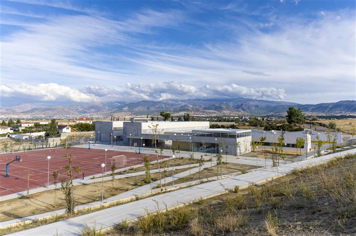 Vista general del colegio desde la urbanización
